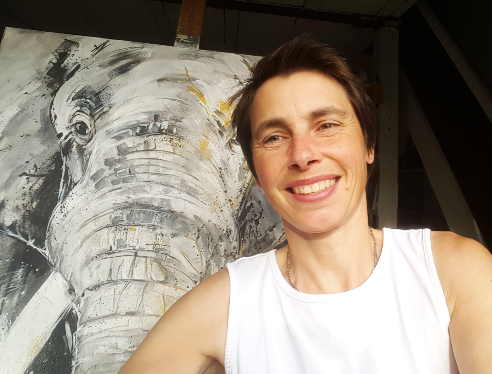 Stefanie Rogge mit Elefant